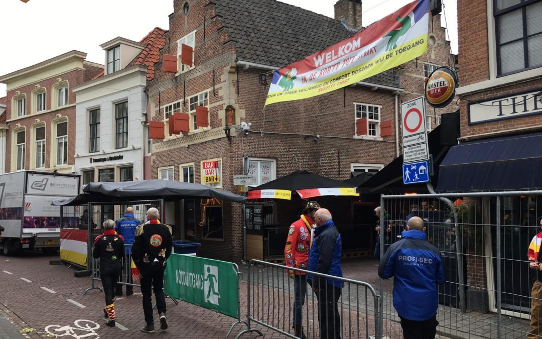 Crowd control in Korte Putstraat